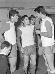 Разговор в съблекалнята на националния отбор по време на тренировка между Бонев (вляво) и Аспарухов (вдясно).