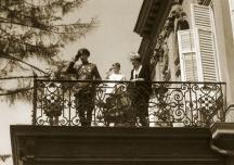 ...и няколко години преди това царското семейство на същия балкон поздравява народа.