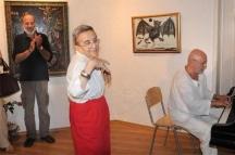 Дейзи Паси във вихъра на танца. Зад пианото - Милчо Левиев.