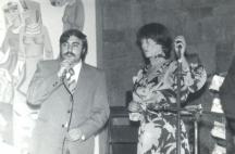 Само преди броени дни (21 декември) се навършиха 70 години от рождението на певицата. На снимката: Авторът Любомир Димитров с Мария Нейкова на една сцена в Дряново през 1976 г.