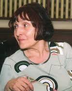 Юлия Пискулийска е родена на 30 юни 1942 г. във Враца. Завършила е СУ