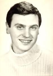 Певецът в началото на кариерата си. Снимкта е от фотокартичка, която се продаваше в началото на 60-те години на миналия век.