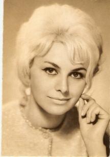 Гинка в по-зрелите си години - вече блондинка