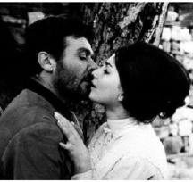 """Прочутата целувка между Невена и Раде в """"Крадецът на праскови"""""""