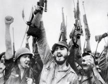 Радостта от победата - Фидел Кастро (в центъра) влиза победоносно в Хавана