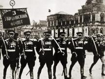 Владимир Стойчев (крайният вдясно) взе участие и в парада на победата в Москва през 1945 г.