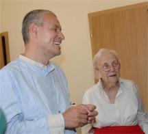 Ексминистърът на външните работи Соломон Паси заедно със своята леля Дейзи