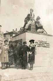 Пловдивчани се снимат пред паметника на героя в началото на миналия век.
