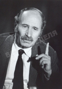 Писателят полковник Костадин Кюлюмов в студиото на