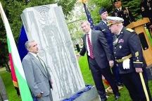 Тържественото откриване на паметника стана с участието на тогавашния посланик на САЩ в София Джеймс Уорлик /в центъра на снимката/