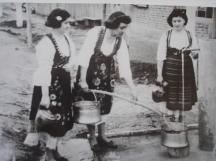 Момичета в народни носии наливат вода от новия водопровод, 22 февруари 1959 г.