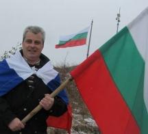 Димитър Здравков с два байрака - българския и руския