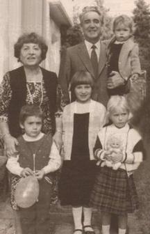 Гриша Филипов със съпругата си и внуците