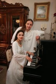 Вокалистите в класическа атмосфера край пианото...