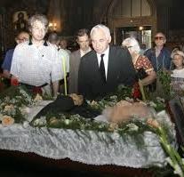 Президентът Желев пред ковчега на приятеля си Радой.