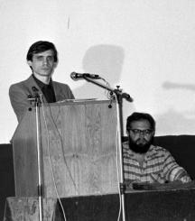 Сашо Каракачанов говори на едно от малкото дисидентски събрания - кино