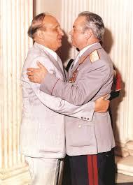 27 май 1979 г. Гореща прегръдка от Тодор Живков за 60-годишния юбилей на ген. Кирил Косев. След 5 години Живков обаче уволнява Косев
