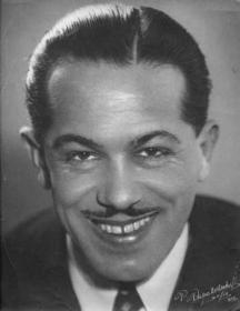 Аспарух Лешников - прекрасният глас, вълнувал няколко поколения българи. Снимка Фото Папакочев, 1936 г.