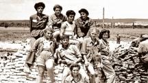 Пеньо (горе, първият вляво) заедно със свои другари бригадири от Димитровград