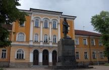 Паметникът на Васил Априлов пред Априловската гимназия е също дело на Кирил Тодоров