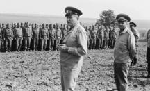 Добри Джуров и Кирил Косев пред войнишкия строй