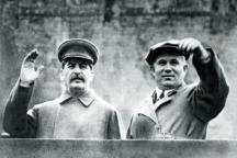 Сталин и Никита Хрушчов на трибуната на мавзолея на Ленин на Червения площад