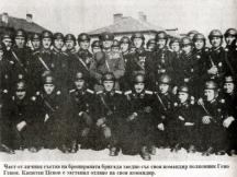 Част от офицерите на Бронираната бригада. В средата е командирът полк. Гено Генов