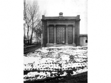 Eдна от мемориалните стени на паметника