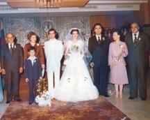 Височайшата сватба - младоженците са в бяло. Кумува министърът на културата Георги Йорданов със съпругата си. Виждат се Тодор и Людмила Живкова и родителите на младоженката Маруся