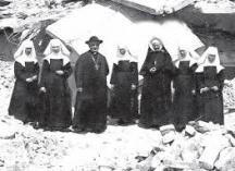 Католически свещеник и монахини сред развалините от земетресението през 1928 година