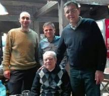 Авторът на спомена Кирил Панайотов (седнал в средата) на своята 85-годишнина заедно със синове си и Кирил Панайотов-внук
