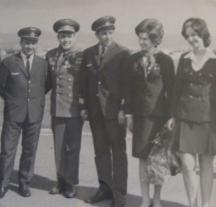 Пилотът (в срадата) заедно с първото звездно семейство - Валентина Терешкова и Адриан Николаев