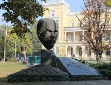 Паметникът на Стамболов пред Военния клуб.
