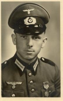 Личният пилот на Хитлер - Ханс Бауер приземил в София самолета за българската делегация
