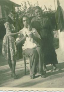 Трогателна снимка след кръщенката - мама, татко, аз и баба