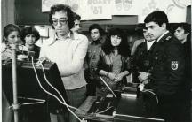 Снимката е от края на 80-те години на миналия век. Симо Лазаров представя музиката си пред български ученици, студенти и войници