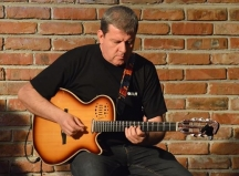 Преподавателят по китара доцент Веселин Койчев