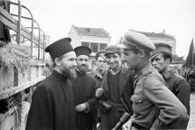 Съветски офицер разговаря с български свещеници, 1944 г., София.