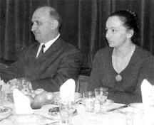 Тодор Живков на посещение в Сатиричния театър - до него е Цветана Гълъбова