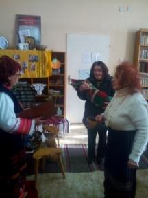 Всички жени от селото се събират в читалището да поздравят бабата