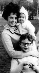 Мама Ани с двете си деца от Коста Цонев