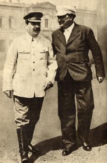 Макар, че уважавал Георги Димитров, Сталин често пренебрегвал българските интереси. На снимката - двамата се разхождат из двора на Кремъл през 1938 г.