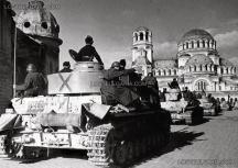 Части от Бронираната бригада пред катедралата