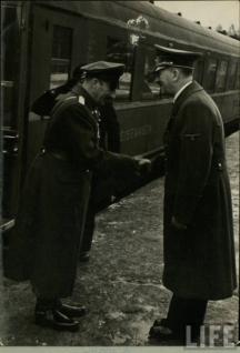 Адолф Хитлер посреща цар Борис III при една от визитите му в Германия. Снимка - американското списание