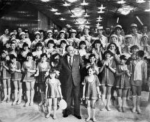 Друга снимка на Кольо Панамски - Тодор Живков заобиколен с деца в резиденция