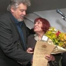 Министърът на културата, актьорът Стефан Данаилов награждава Русалиева за нейната 80-годишнина.