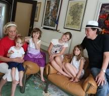 Семейство Кирови с четирите си внучета