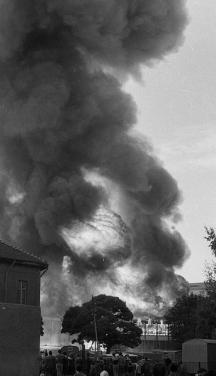 Гигантски облаци от дим покрили небето на София