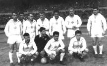 Отборът на ЦДНА през 1957 г. с Жоро Найденов (в черния екип) Вляво от него е Иван Колев, а зад него капитанът д-р Стефан Божков.