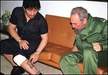 Футболистът Марадона показва на Команданте татуирания му образ на своя ляв крак